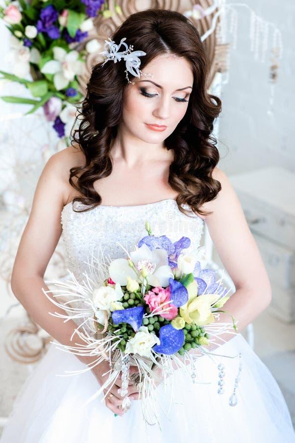 La novia sostiene un ramo de la boda imágenes de archivo libres de regalías