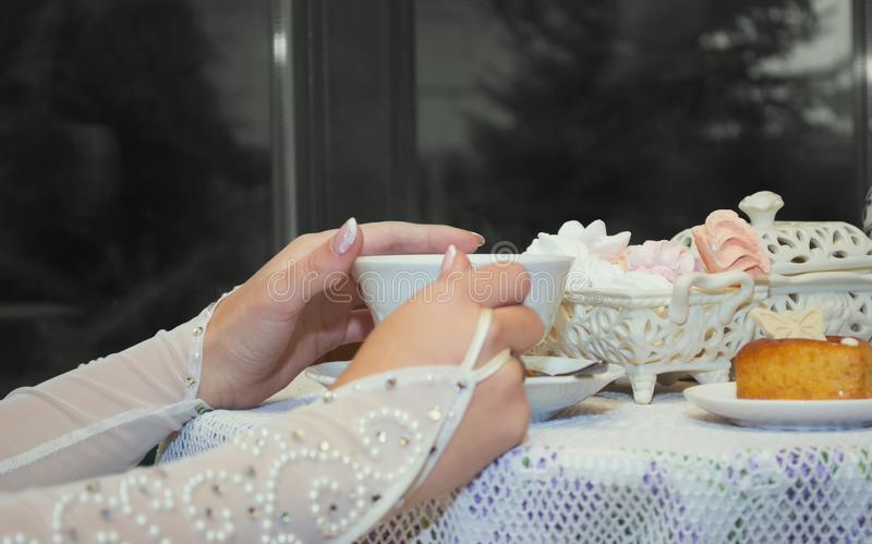 La novia sostiene una taza de té en sus manos foto de archivo libre de regalías