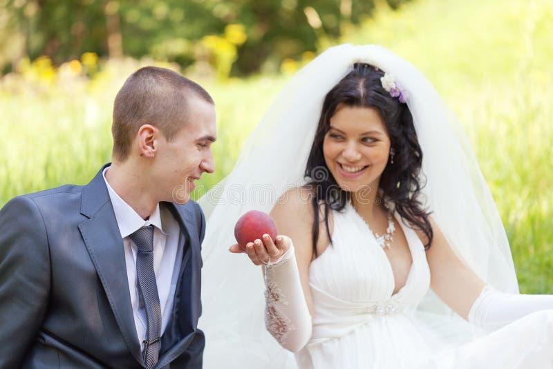 La novia trata al novio foto de archivo libre de regalías