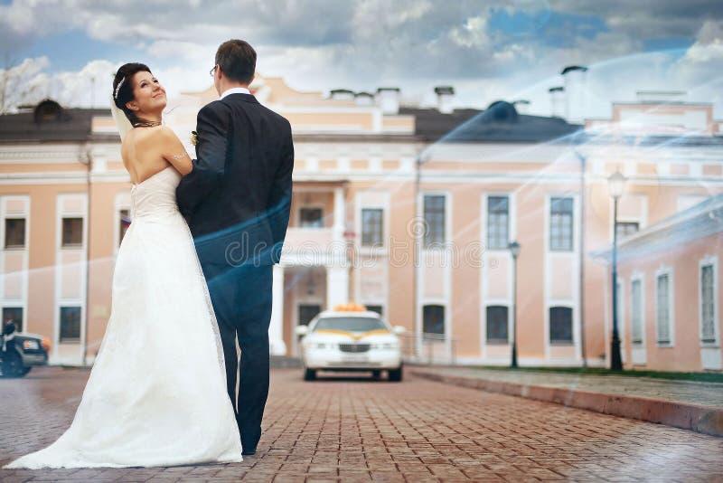 La novia y el novio camina en ciudad vieja imagen de archivo libre de regalías