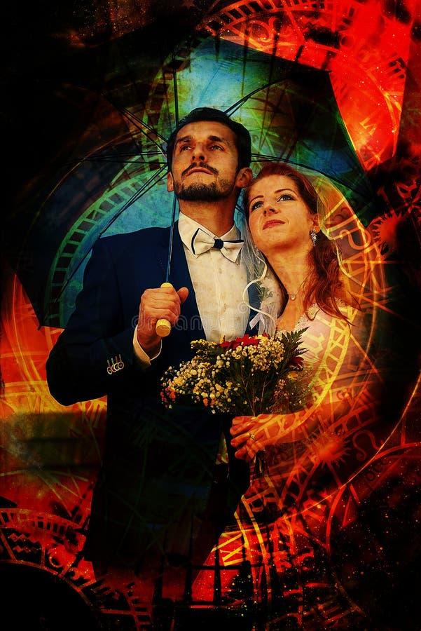 La novia y el novio con el paraguas y el collage azules del zodiaco foto de archivo libre de regalías