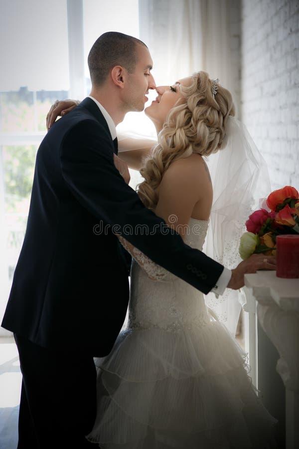 la novia y el novio en la boda caminan en ventana delantera fotografía de archivo libre de regalías