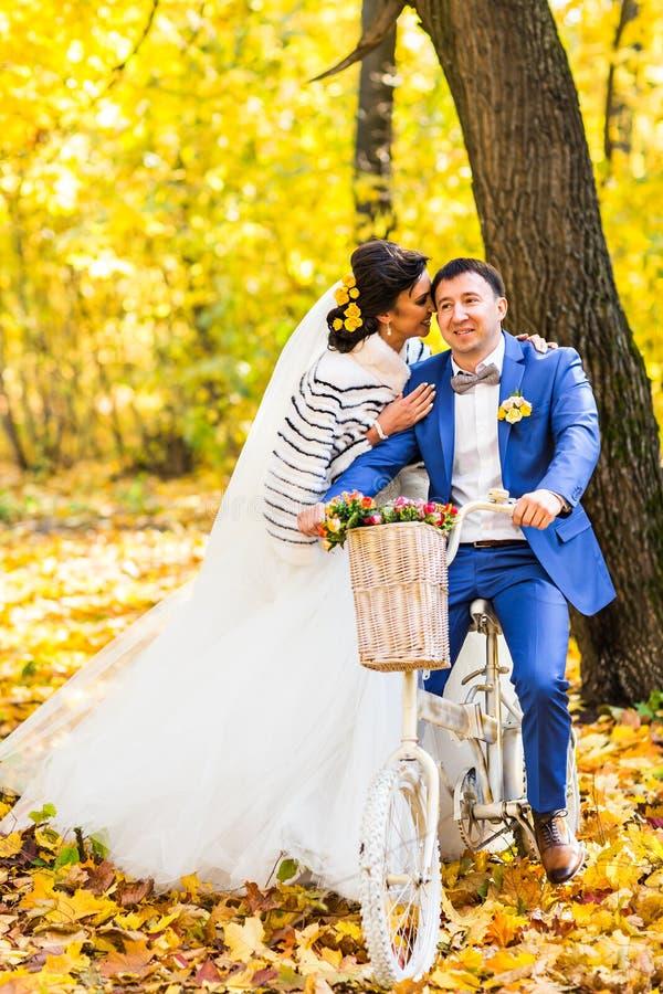 La novia y el novio en otoño parquean vida del amor foto de archivo