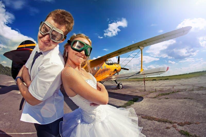 La novia y el novio en su luna de miel imágenes de archivo libres de regalías