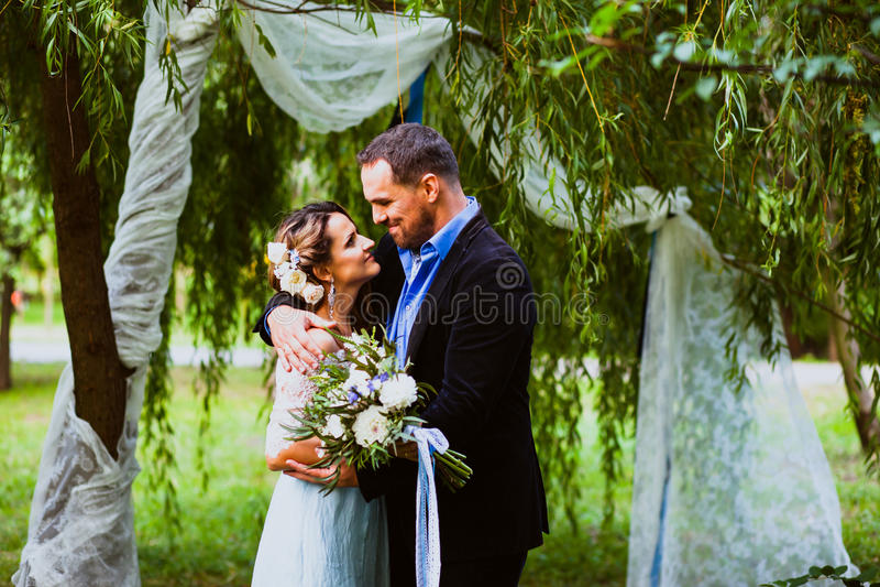 La novia y el novio están abrazando fotografía de archivo