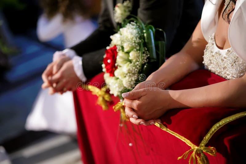 la novia y el novio que se arrodillan en la iglesia imágenes de archivo libres de regalías