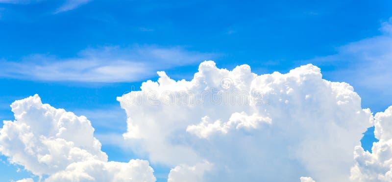 La nube blanca grande y el cielo azul imagen de archivo libre de regalías