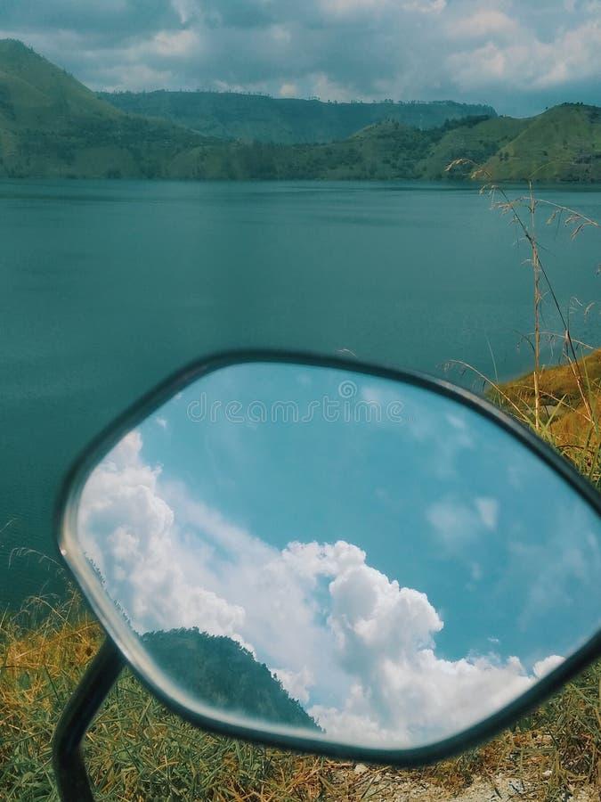 La nube del espejo en la opinión de Toba del lago fotografía de archivo libre de regalías