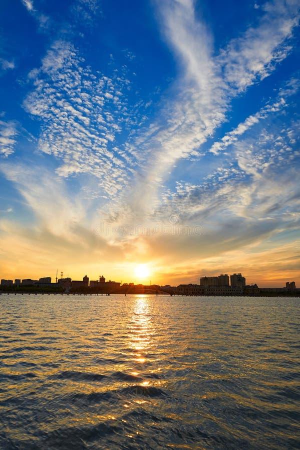 La nube hermosa de abonar el lago con cal daqing fotos de archivo