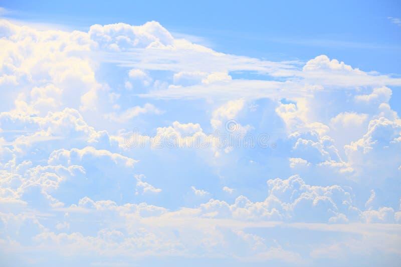La nube y el cielo azul como naturaleza imagen de archivo libre de regalías