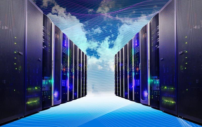 La nube y el cielo cubrieron con tecnología de ordenadores de los servidores en concepto creativo del datacenter fotos de archivo libres de regalías
