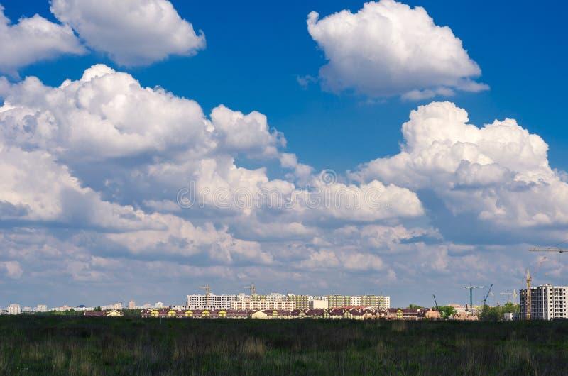 La nueva área residencial La ciudad captura la naturaleza fotos de archivo libres de regalías