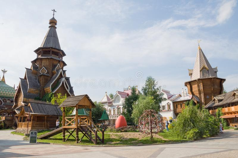 La nueva iglesia de San Nicolás, construida en las tradiciones de la arquitectura de madera rusa en el Kremlin en Izmailovo Moscú foto de archivo libre de regalías