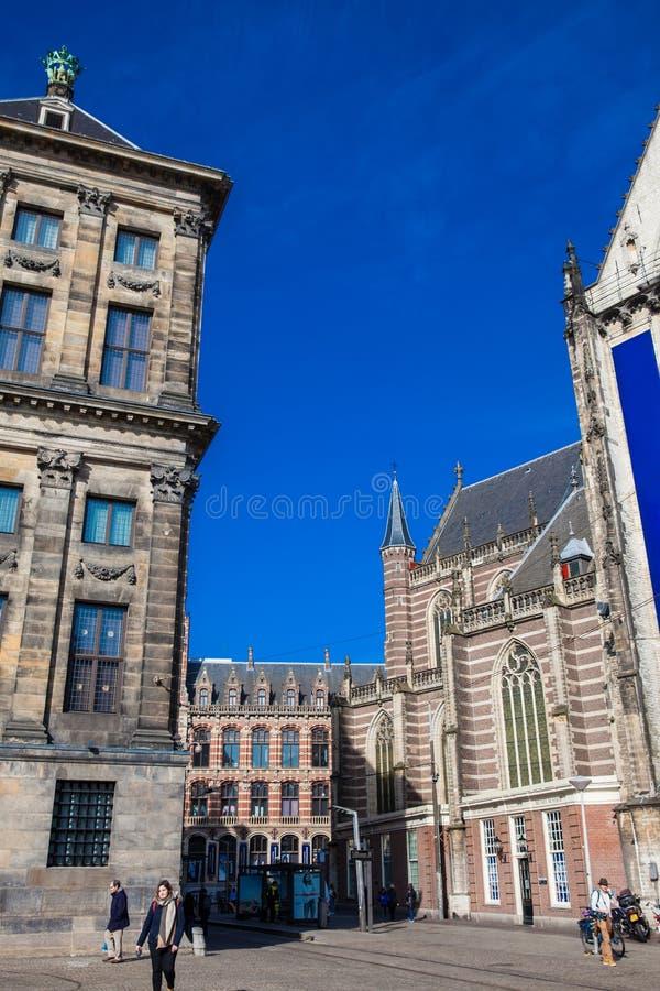 La nueva iglesia situada en cuadrado de la presa en el distrito central viejo en Amsterdam foto de archivo libre de regalías