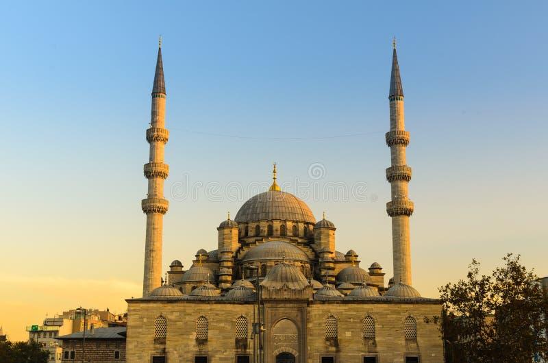 La nueva mezquita (Yeni) en la puesta del sol, crepúsculo imágenes de archivo libres de regalías
