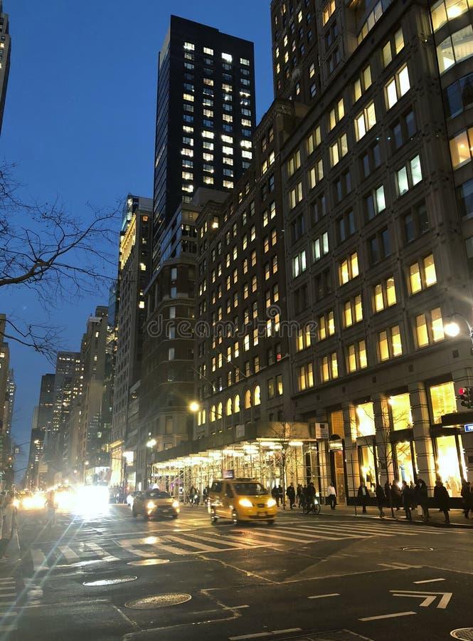 La nuit de New York City allume des bâtiments du trafic de rue même l'heure de pointe image stock
