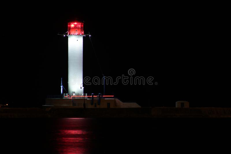 La nuit de phare de Vorontsov est un signal lumineux rouge photographie stock libre de droits