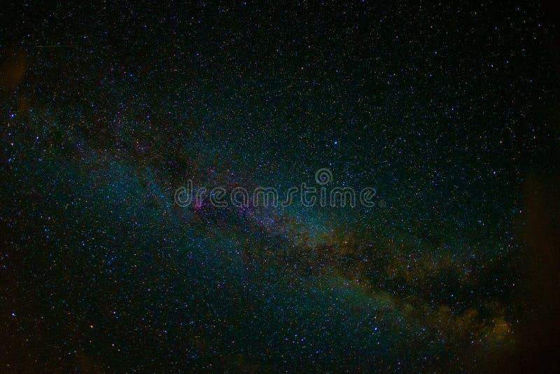 La nuit de photo d'Astro tient le premier rôle le ciel avec la manière laiteuse photos libres de droits