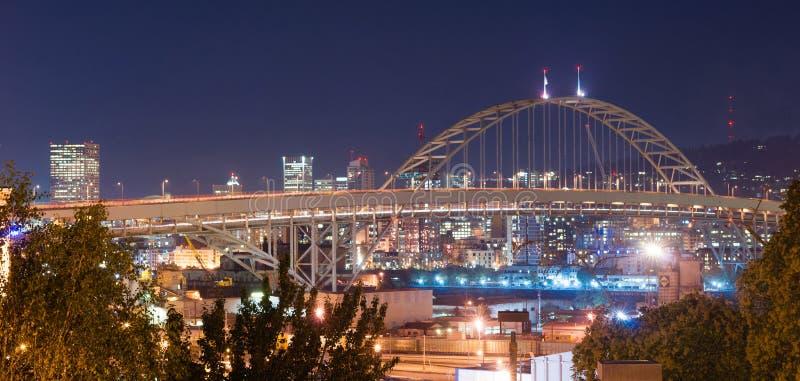 La nuit de pont de Freemont allume la ville du centre Skyli de Portland Orégon photographie stock libre de droits