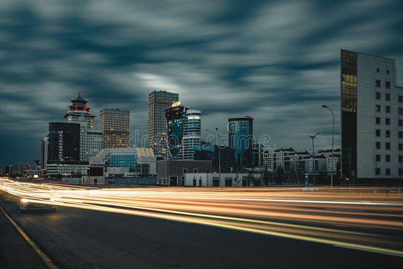 La nuit de rue à Astana avec la lumière de vue traîne le trafic au-dessus de la ville Kazakhstan photo libre de droits