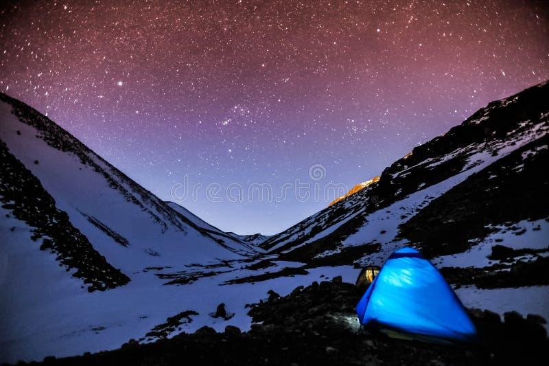 La nuit froide bitween la montagne photographie stock libre de droits