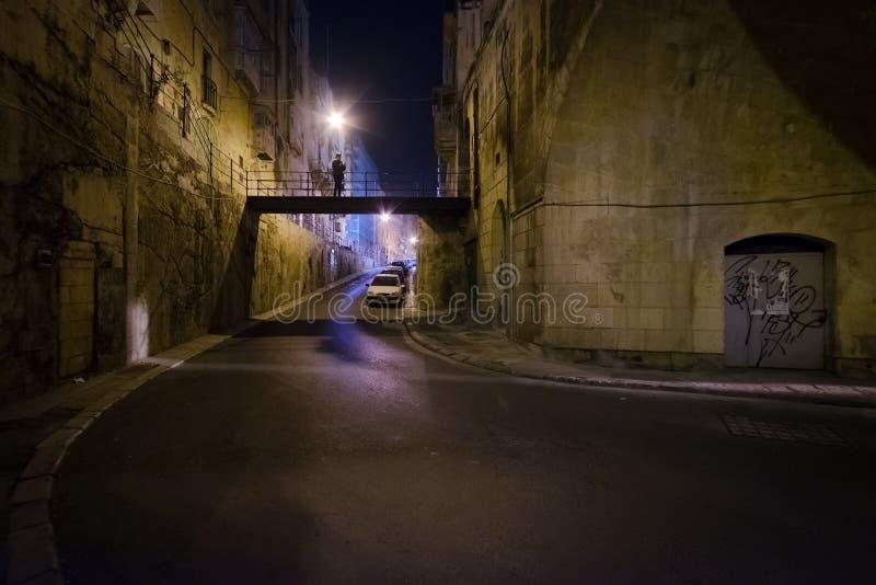 La nuit marche dans l'obscurité le long des vieilles rues de La Valette Style maltais photo stock