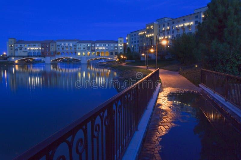 La nuit s'établit autour du pont de Pontiveccio au-dessus du lac Las Vegas au Nevada photographie stock libre de droits