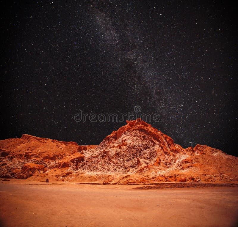 La nuit, sous la lumière des étoiles image libre de droits