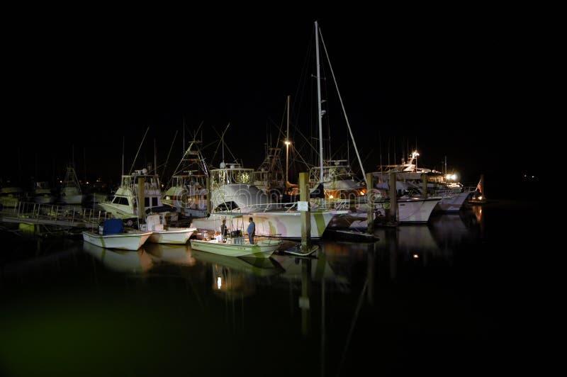 La nuit a tiré d'un dock de bateau avec parler de deux hommes photo stock