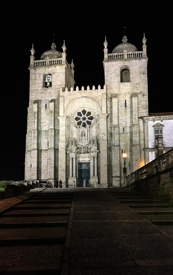 La nuit a tiré de la cathédrale du ` s de Porto à Porto, Portugal image libre de droits