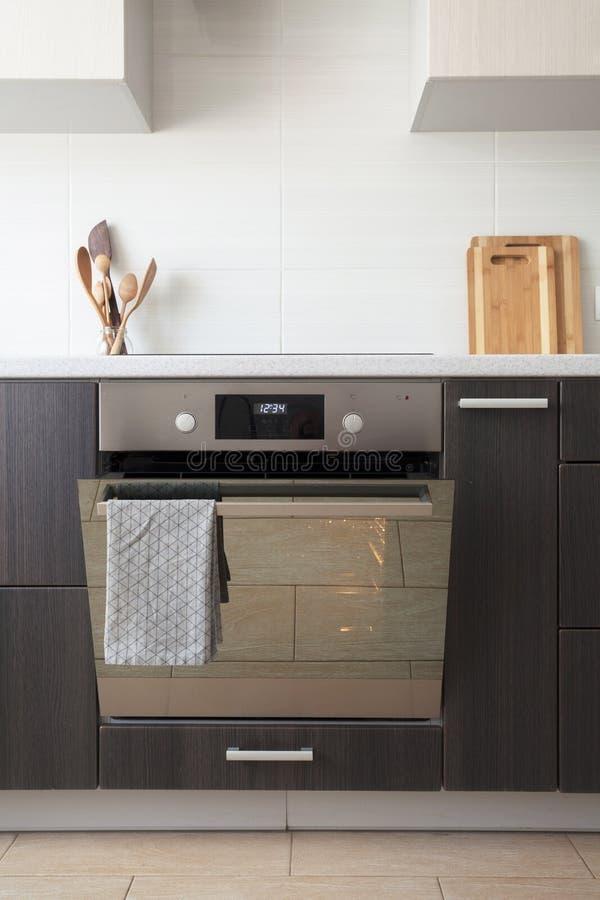 La nuova cucina leggera con la fresa ceramica e svuota il forno elettrico aperto con ventilazione dell'aria calda fotografia stock libera da diritti