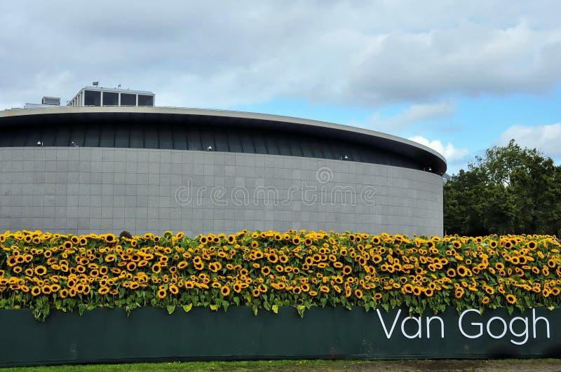 La nuova entrata di van gogh museum con il labyr del for La citta con il museo van gogh