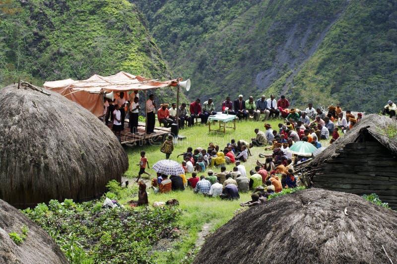Cristiano che predica nel villaggio di Papuan immagini stock libere da diritti