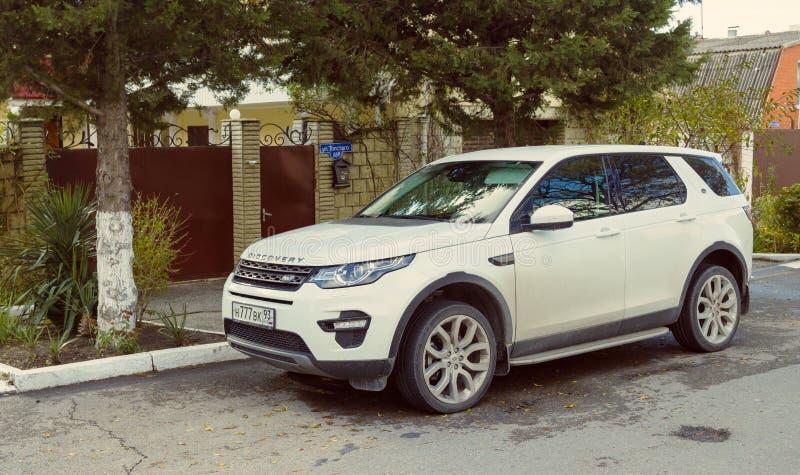 La nuova terra di lusso Rover Discovery ha parcheggiato sulle vie di Soci fotografia stock