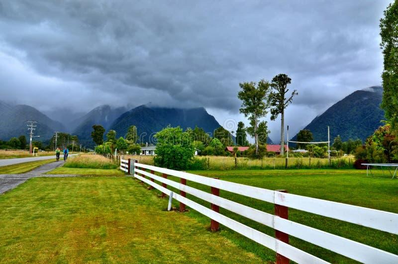La Nuova Zelanda, villaggio del ghiacciaio di Fox, costa ovest immagini stock libere da diritti