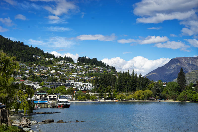 La Nuova Zelanda, vista di Queenstown e lago Wakatipu fotografia stock libera da diritti