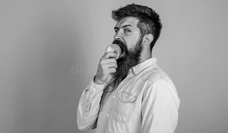 La nutrición de la dieta del hombre come la fruta Concepto sano de la nutrición Sirva al inconformista hermoso con la barba larga imagen de archivo