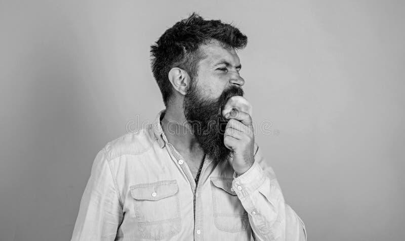 La nutrici?n de la dieta del hombre come la fruta Sirva al inconformista hermoso con la barba larga que come la manzana Manzana m fotografía de archivo libre de regalías