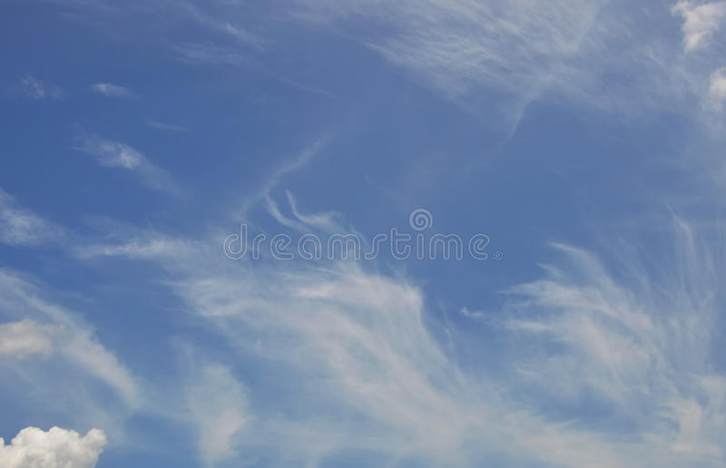 La nuvola della curva si è sparsa sul cielo nel giorno soleggiato fotografie stock