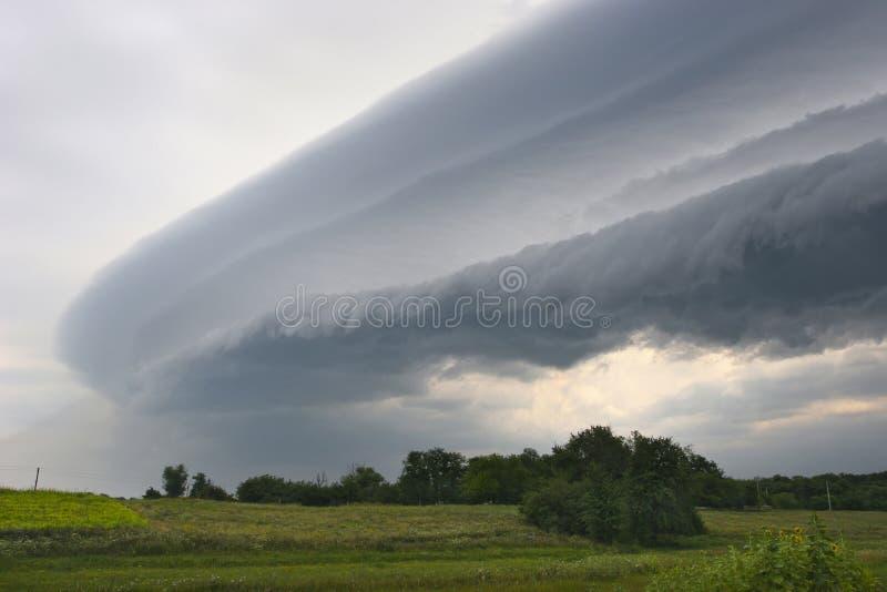 La nuvola di tempesta scura si muove intorno alla parte anteriore fotografia stock libera da diritti