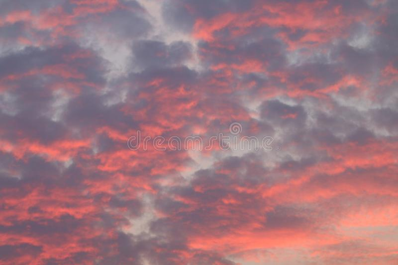 La nuvola rossa drammatica del cielo, cielo rosso al tramonto, il fondo rosso di luce solare del cielo, cielo di inquinamento si  fotografia stock