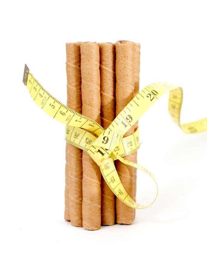 la oblea rodada llenó de la pasta dura de chocolate en el fondo blanco, imagen de archivo libre de regalías