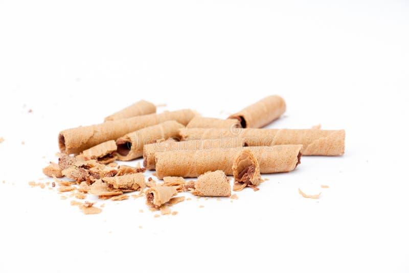 la oblea rodada llenó de la pasta dura de chocolate en el fondo blanco, fotografía de archivo