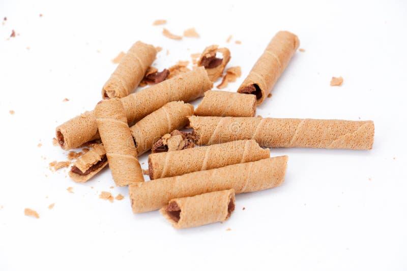 la oblea rodada llenó de la pasta dura de chocolate en el fondo blanco, imagen de archivo