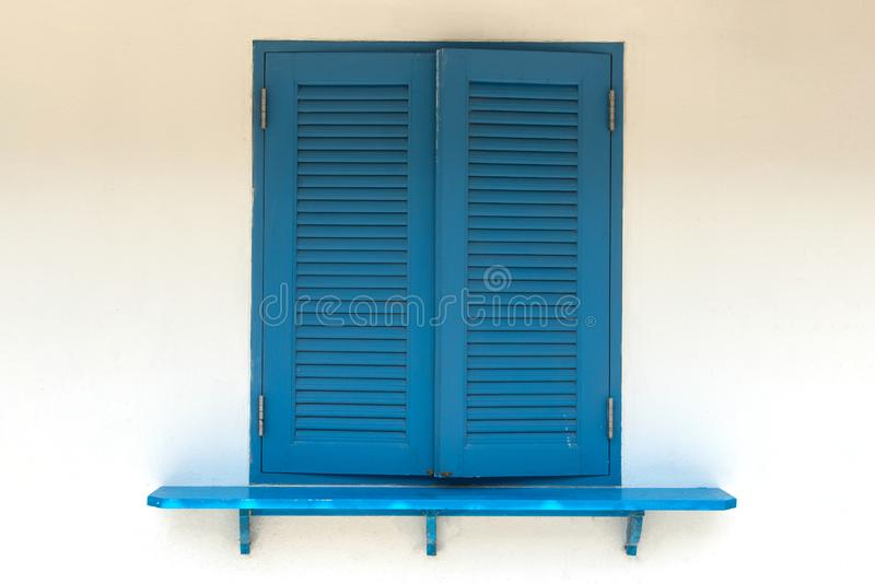 La obra clásica azul de la ventana del primer es cercana y pared imagenes de archivo