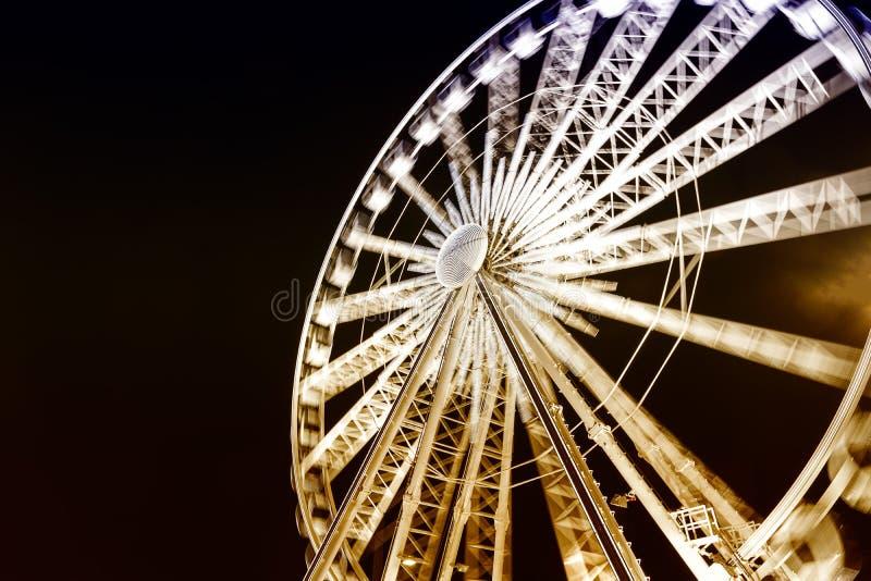La observación de Ferris rueda adentro la ciudad vieja de Polonia Gdansk imagenes de archivo