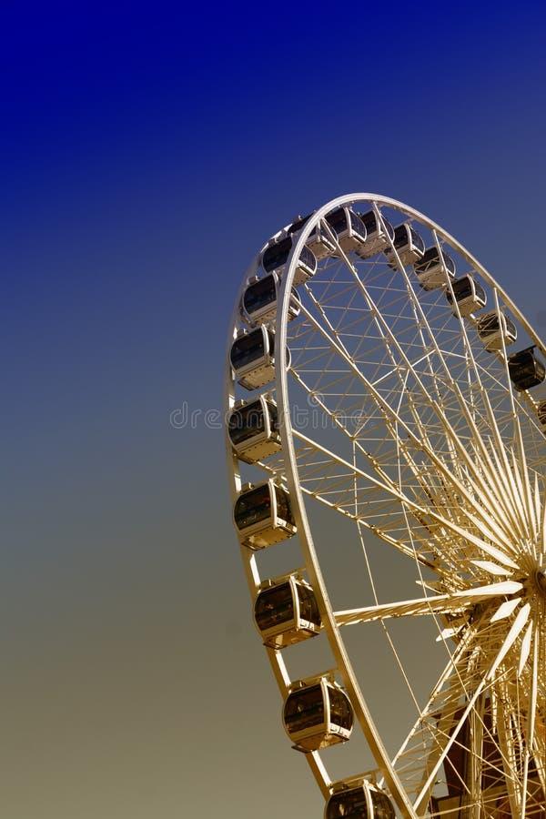 La observación de Ferris rueda adentro la ciudad vieja de Polonia Gdansk, opinión de la noche fotografía de archivo libre de regalías