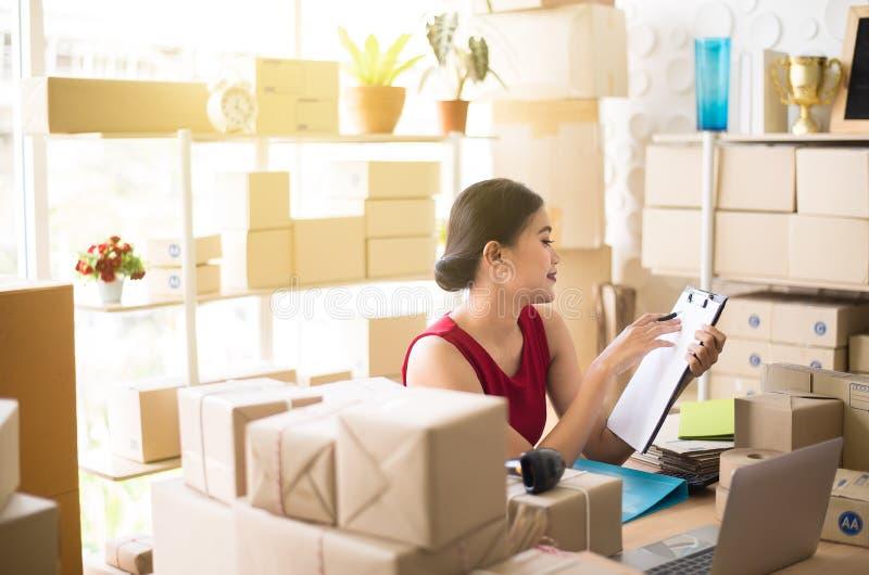 La oficina asiática del trabajo del dueño de la mujer de la pequeña empresa en casa, crea negocio en línea de la PME del empresar fotografía de archivo
