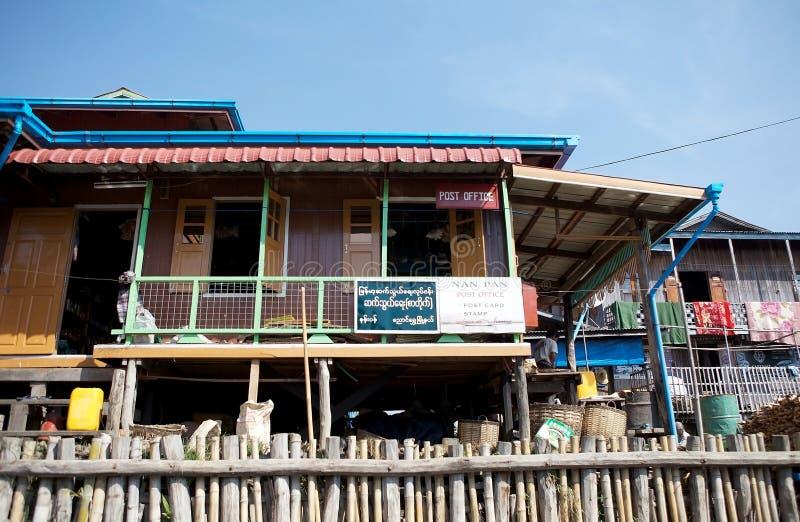 La oficina de correos de madera tradicional del zanco en el lago Inle Myanmar imagenes de archivo
