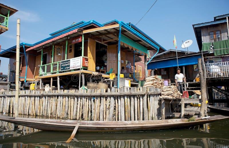 La oficina de correos de madera tradicional del zanco en el lago Inle Myanmar imagen de archivo libre de regalías